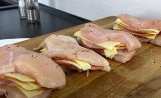 кусочки из сыра и ветчины укладываем в филе курицы