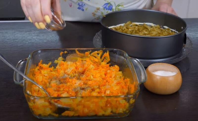 луково-морковную зажарку подсаливаем