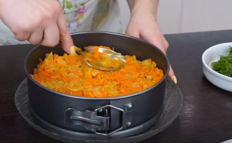луково-морковную зажарку выкладываем на огурцы