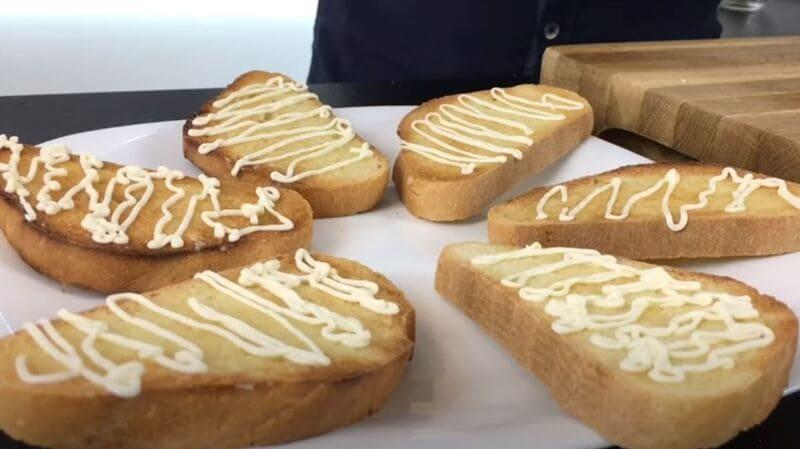 на хлеб наносим майонез