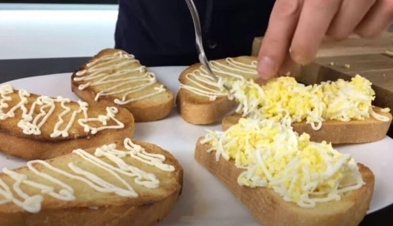 на хлеб выкладываем натертые куриные яйца