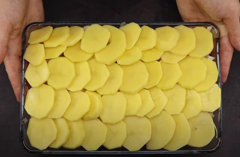 на лук выкладываем картофельные кружочки