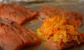 на рыбу выкладываем смесь из овощей и сыра