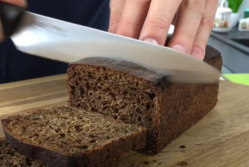 нарезаем на ломтики черный хлеб