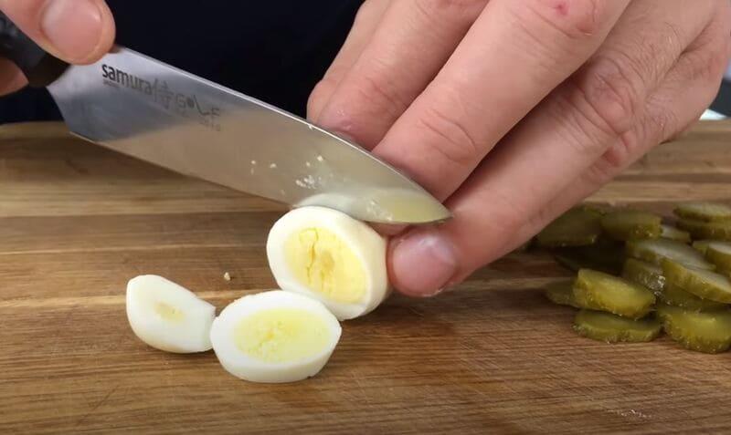 нарезаем отваренное перепелиное яйцо на колечки
