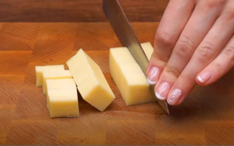 нарезаем твердый сыр на кубики