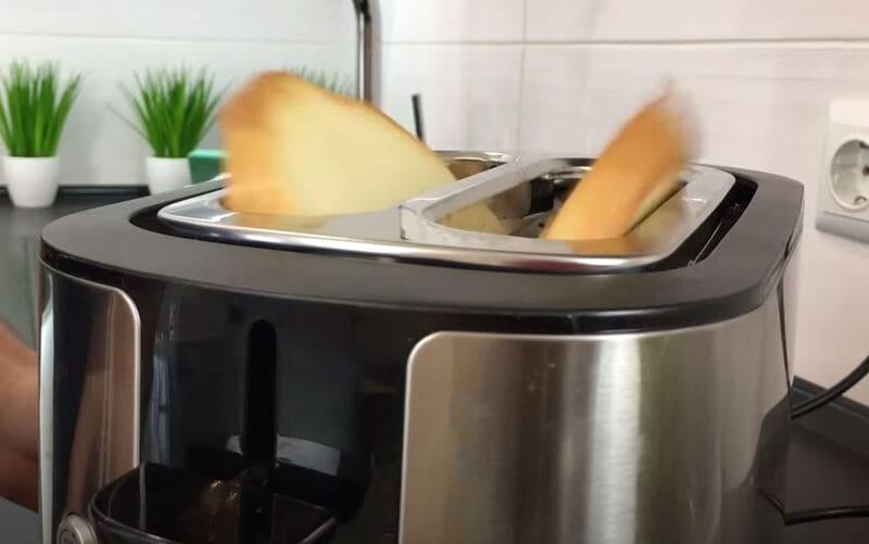 обжариваем кусочки нарезанного хлеба в тостере