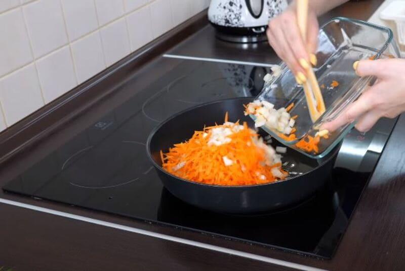 обжариваем нарезанные лук и морковь на сковороде