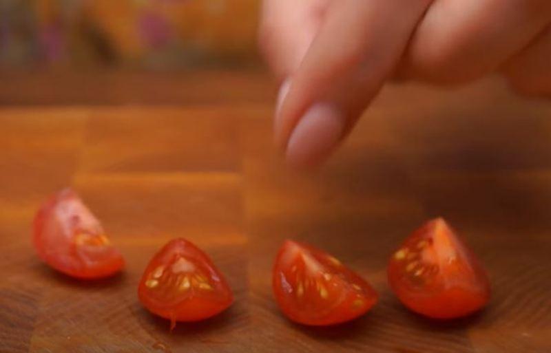 помидоры черри нарезаем на четвертинки