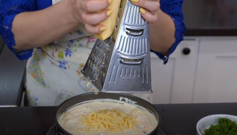 последним слоем натираем твердый сыр