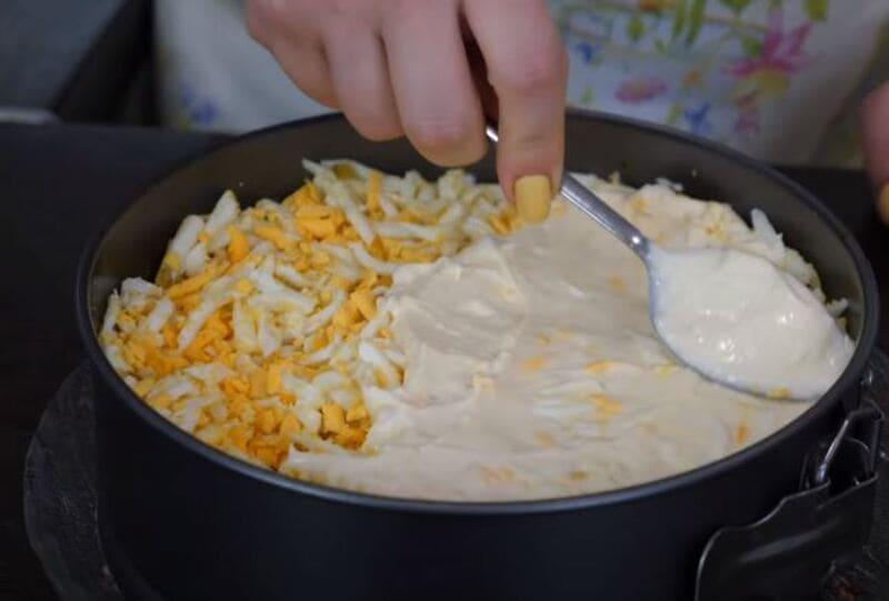 слой тертых яиц смазываем майонезом