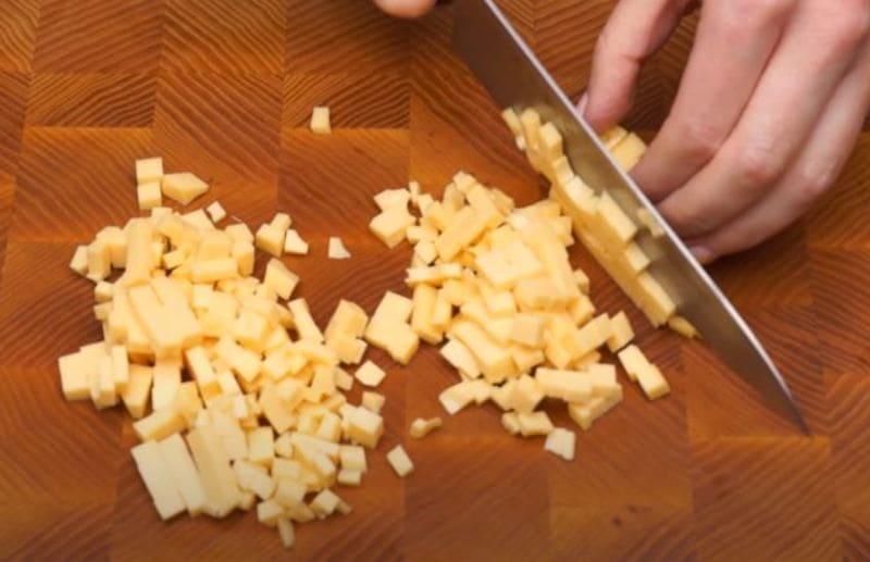 сыр нарезаем на мелкие кубики