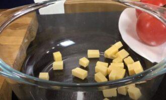 твердый сыр нарезаем на кубики