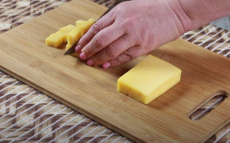 твердый сыр нарезаем на небольшие кубики