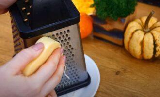 твердый сыр натираем на средней терке