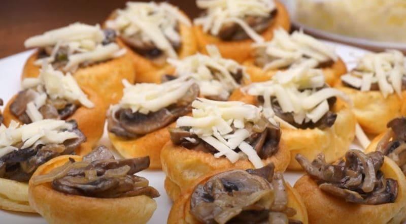 тёртый сыр выкладываем на грибную начинку