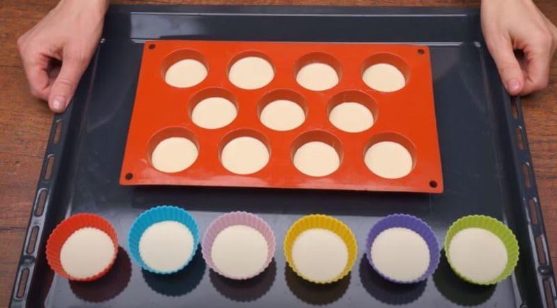 в формочки наливаем тесто