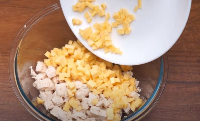 в миску кладем нарезанное куриное филе и сыр