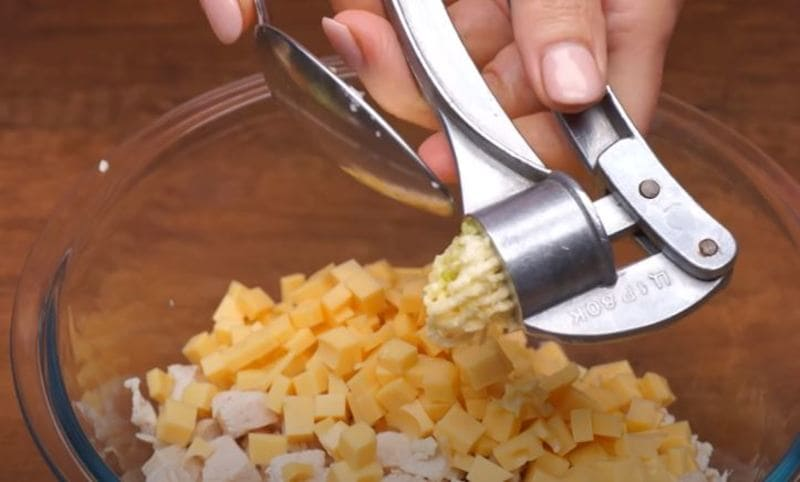 в миску выдавливаем чеснок