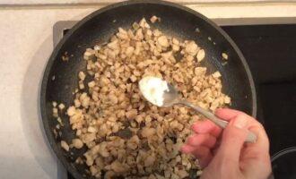 в сковороду к грибам с мясом добавляем муку