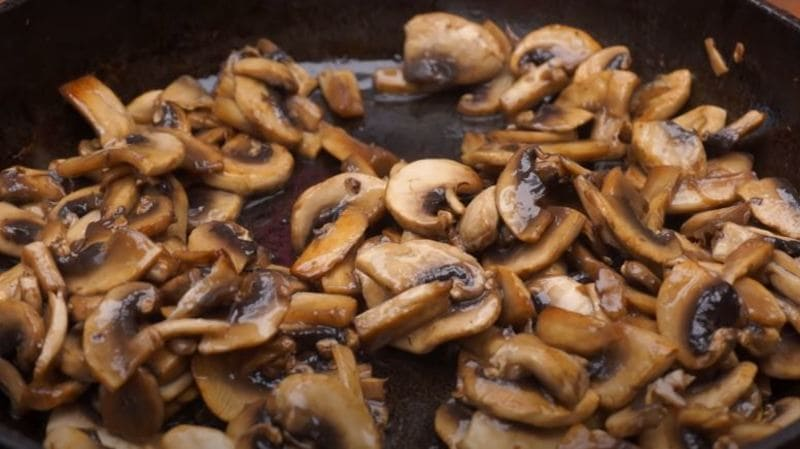 в жаренные грибы добавляем растительное масло