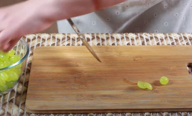 виноградинки нарезаем пополам