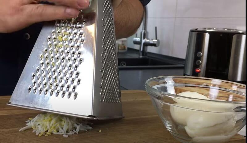 яйца натираем на мелкой терке