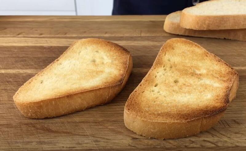 зажаренные кусочки хлеба