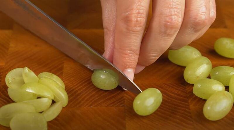 зеленый виноград нарезаем вдоль