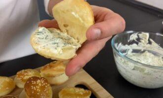 булочку внутри смазываем сыром