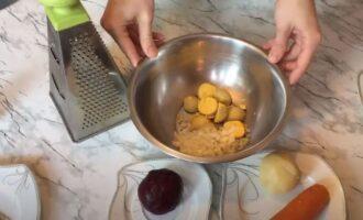 нарезанный репчатый лук добавляем к желткам