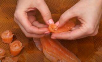 пластинку красной рыбы сворачиваем в розочку
