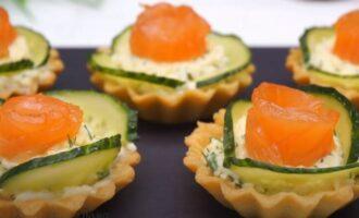 тарталетки с красной рыбой творожным сыром и огурцом