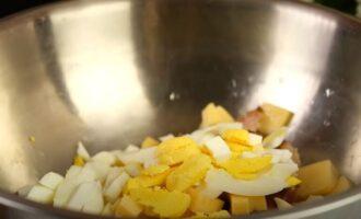в миску нарезаем отваренные яйца