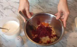 в миску трем на терке отваренные овощи