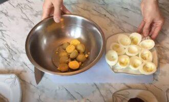 яйца разрезаем и вынимаем желток