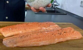 филе красной рыбы солим и перчим