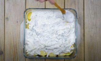 картошку смазываем сметанной заправкой