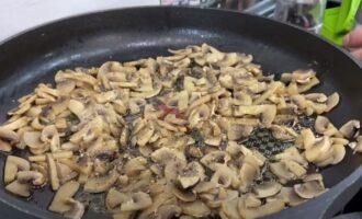 в грибы добавляем масло, соль и перец
