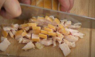 нарежьте на кусочки филе копченой курицы