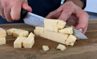 копченый сыр нарезаем на кубики