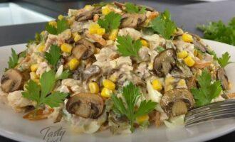 салат осенний с курицей грибами и маринованными огурцами