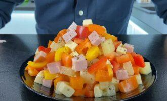 салат три перца с ветчиной и ананасами