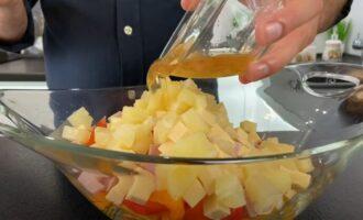 салат заправляем соусом