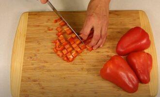 сладкий перец нарезаем кубиками