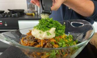 в салат кладем майонез и зелень