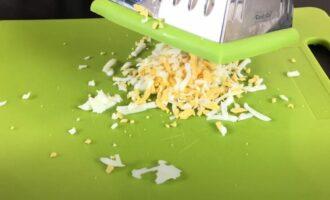яйца куриные тертые на крупной терке